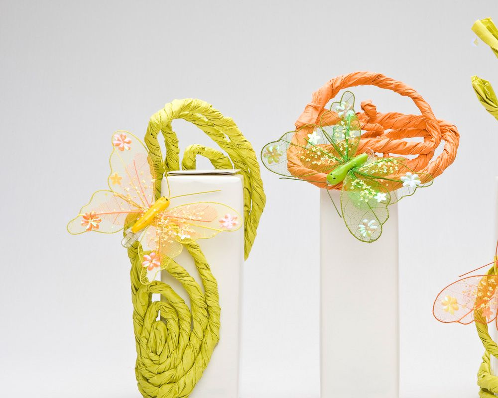 Objekte Geschenkverpackung mit ausgefallenen und kreativen Schmetterlingen in gelb orange