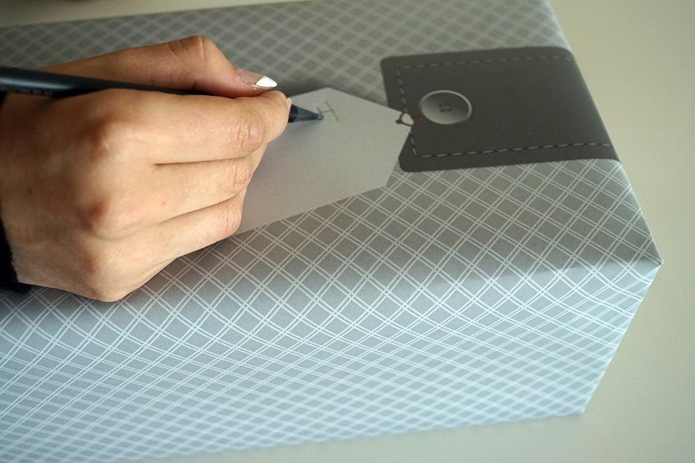 soschoenanders Hand schreibt Botschaft auf gedrucktes Schriftfeld