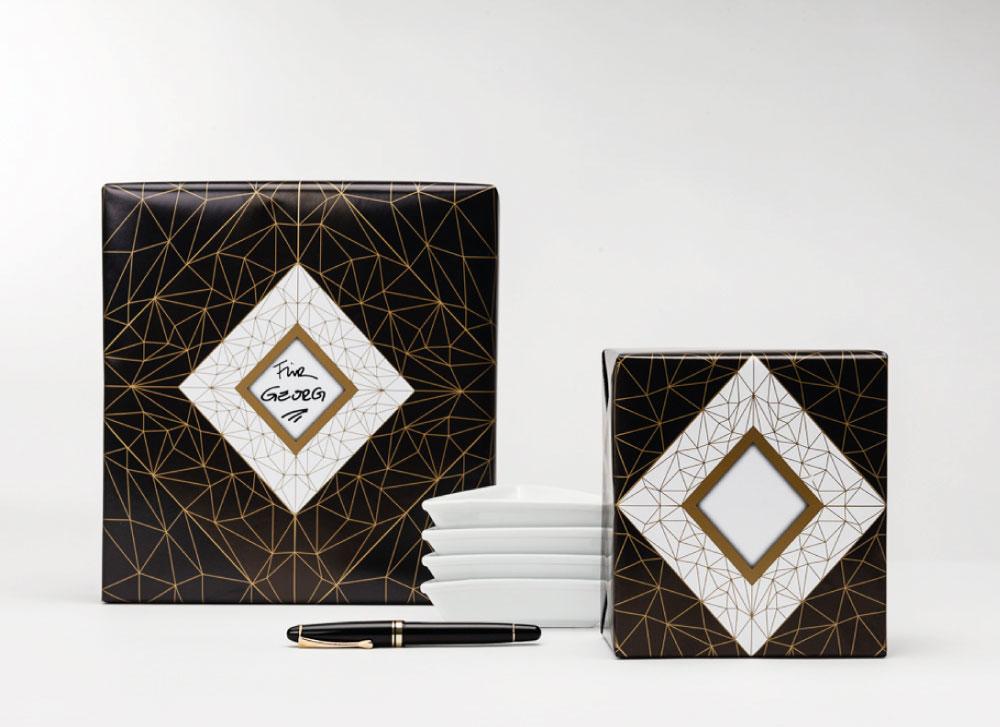 soschoenanders Geschenkverpackung blackpattern schwarz mit symmetrisch angeordneten goldenen Linien und Highlight in der Mitte