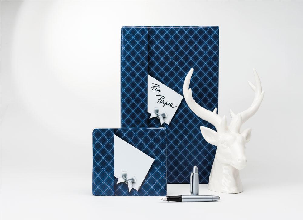 soschoenanders Geschenkverpackung darkbluekaro blau weiss Karo mit Geschenkkarte-Aufdruck